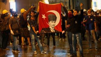 Im Namen der Republik: Demonstranten mit einem Porträt Mustafa Kemal Atatürks. Foto: Reuters