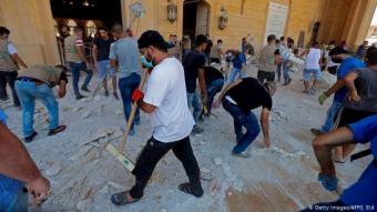 Das große Aufräumen beginnt: Einen Tag nach der Katastrophe packen die Beiruter an, um erste Schäden zu beseitigen. Diese Männer kehren den Schutt in der Mohammed al-Amin Moschee zusammen. Sie befindet sich nur rund 1,3 Kilometer entfernt von der Lagerhalle, die explodierte.
