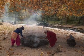 Zu Winteranbruch sammeln Dorfbewohnerinnen trockene Platanenblätter. Sie eignen sich am besten zum Anzünden der Holzkohle-Kangdi