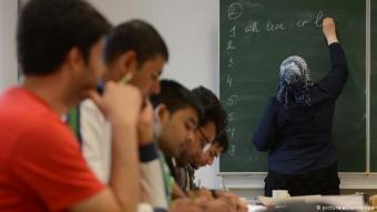 Wie erfolgreich ist die sprachliche Integration? Drei Viertel der deutschstämmigen Muslime wachsen mit Deutsch als Erstsprache auf. Unter den Zuwanderern gibt nur ein Fünftel an, Deutsch als Erstsprache zu sprechen. Der Trend, dass sich die Sprachkenntnisse mit den nachfolgenden Generationen verbessern, ist europaweit zu beobachten. In Deutschland geben 46 Prozent aller Muslime an, dass ihre Landessprache ihre Erstsprache ist. In Österreich sind es 37 Prozent, in der Schweiz 34 Prozent.