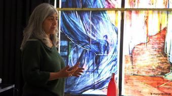 Mahbuba Maqsoodi vor ihrer Kunst: 2018 gewinnt Maqsoodi den international ausgeschriebenen Wettbewerb um die Gestaltung der Kirchenfenster in Tholey. Nun bekommt die Abtei im ältesten Kloster Deutschlands 34 Fenster von einer muslimischen Frau.