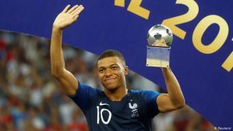 Kylian Mbappé (Frankreich): Der Vater von Kylian Mbappé stammt aus Kamerun, die Mutter aus Algerien. Mit 19 Jahren wurde Mbappé Weltmeister und als bester junger Spieler der WM 2018 in Russland ausgezeichnet. Die Équipe Tricolore ist gespickt mit Spielern, die afrikanische Wurzeln haben, wie Paul Pogba (Guinea), Ngolo Kanté, Moussa Sissoko (beide Mali), Ousmane Dembélé (Senegal/Mauretanien) oder Karim Benzema (Algerien).