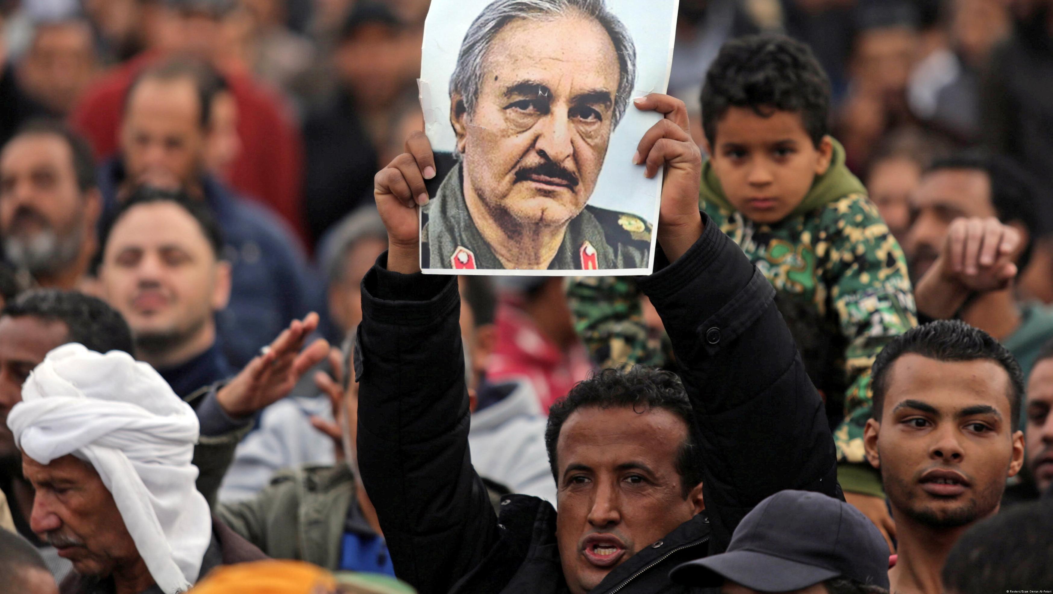 Anhänger des libyschen Generals Khalifa Haftar in Bengasi; Foto: Reuters