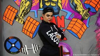 Die Selfmade-Bodybuilderin: Die 30-jährige Shirin Nobahari posiert vor einer grellbunten Wand eines Teheraner Fitness-Studios: Bereits mit 14 Jahren soll die Iranerin laut Medienberichten Interesse am Frauen-Bodybuilding gezeigt haben - obwohl die Sportart zu dieser Zeit in ihrem Heimatland offiziell gar nicht anerkannt war. Mit Hilfe von Videos und Magazinen fing sie an zu trainieren.