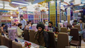 Männer unter sich: Auf Fotos und Videos von Nachrichtenagenturen ist zu sehen, wie auf Afghanistans Straßen wieder emsiges Treiben herrscht. Auch die Restaurants in Herat können sich scheinbar wieder über Gäste freuen. Doch was auffällt: An den Tischen sitzt ausschließlich männliches Publikum, zum Teil mit dem traditionellen knielangen Hemd, bekleidet. Frauen sind im Stadtbild selten geworden.